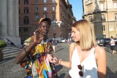 Julia Jöbstl mit Straßenverkäufer